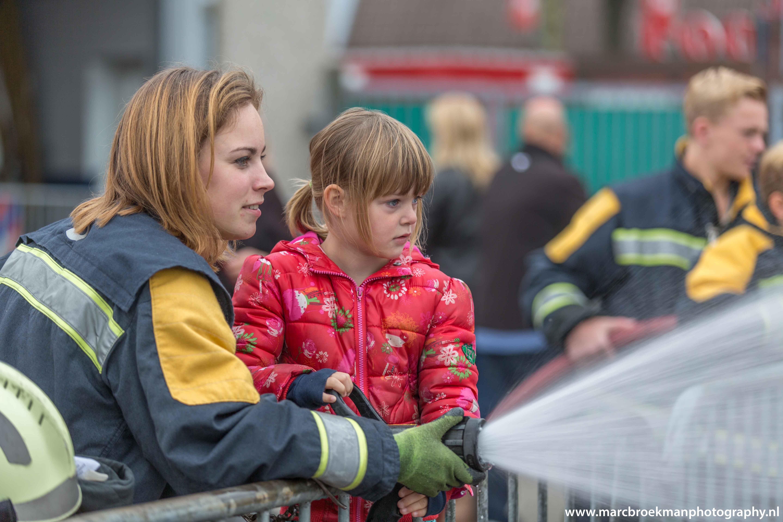 brandweerman redt vrouw